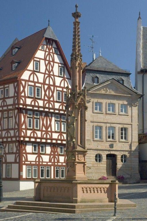 ღღ Aschaffenburg, Stiftsbrunnen, Löwenapotheke und Stiftsglöcknerhaus