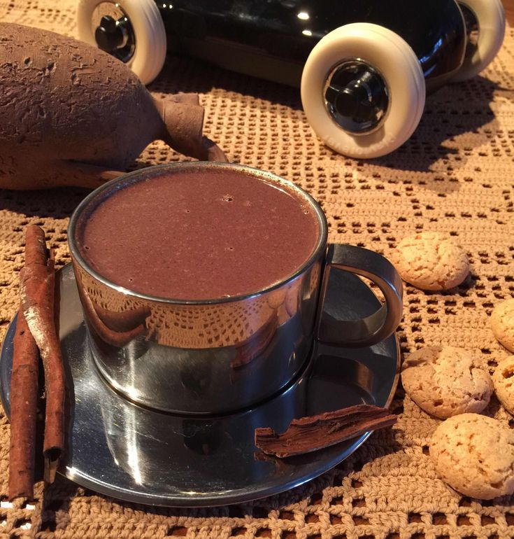 Мексиканский горячий шоколад - 2 чашки цельного молока 1 ст л коричневого сахара 130 г горького шоколада 1/2 чай л экстракта ванили 1/8 чай л молотой корицы щепотка кайенского перца опционально палочка корицы для размешивания