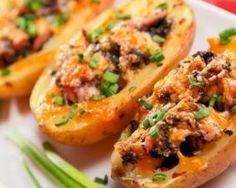 Pomme de terre farcie au dés de poulet et gruyère râpé allégé spécial: INGRÉDIENTS  NB DE PERSONNES :44 pommes de terre250 g d'escalopes de poulet1 gros oignon100 g de gruyère râpé allégé ciboulette ciselée (facultatif)huile d'olive sel, poivre