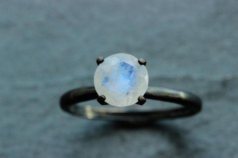 Anillo de Piedra Lunar y Plata Oxidada, $175 | 25 Anillos de Compromiso Impresionantes que no están Hechos con Diamantes