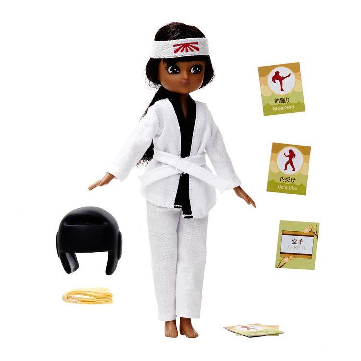 Apprends le karaté avec la poupée Lottie karatéka. Maitrise ta technique, entraine-toi et tu maitriseras le Dojo Kun, les 5 grandes règles de ce sport.