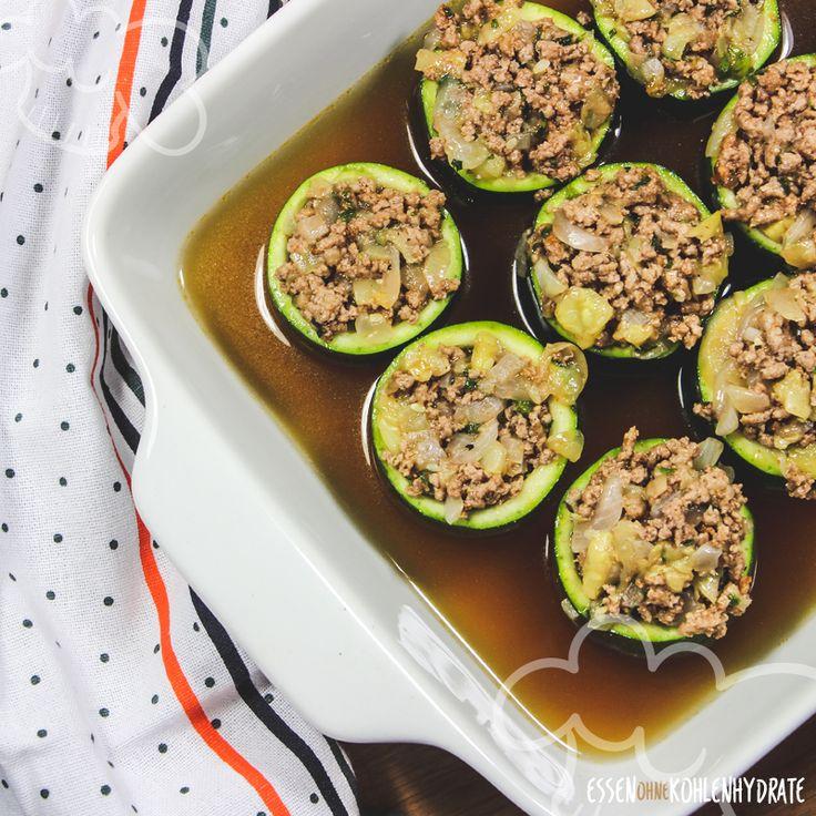 So schmeckt grünes Gemüse doch jedem. Gefüllte Zucchini mit Hackfleischfüllung sind beliebt bei Groß und Klein und darum ein tolles Rezept für die ganze Familie. Sie sind schnell zubereitet und schmecken richtig lecker. Dieses Rezept hat besonders wenig Kohlenhydrate und passt perfekt in den Low-Carb-Ernährungsplan.