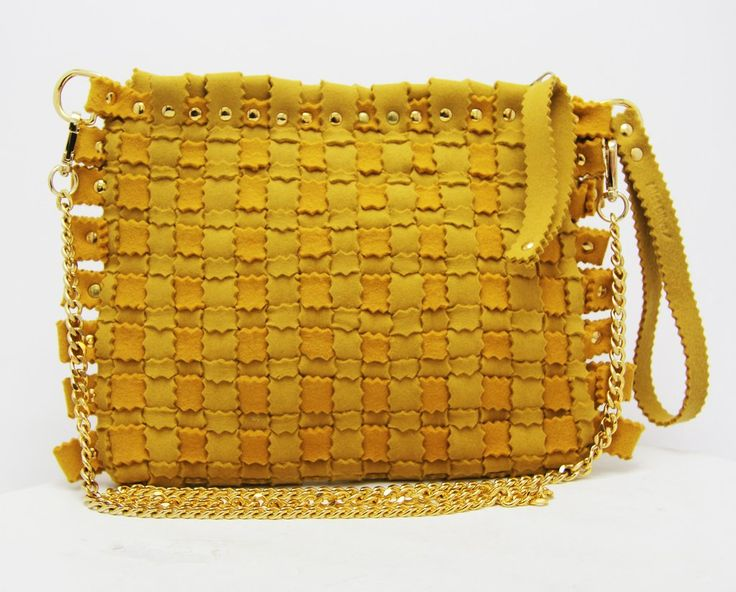 Fashion felt bag in a yellow colour, with a gold chain. The perfect woman bag for your summer. Discovery it: feltrando.com.