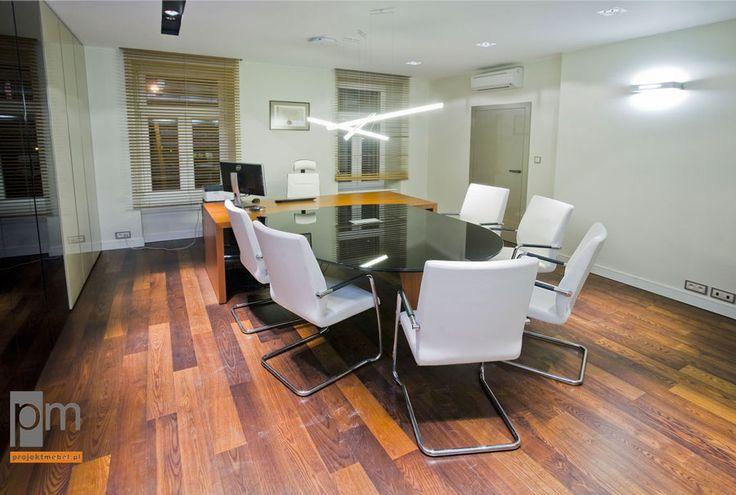 Szkło na blacie dostawki odporne na zarysowania i podobnie  jest bardzo łatwe w utrzymaniu i  występuje w bogatej gamie kolorystycznej. W gabinecie umieściliśmy ponadto białe krzesła konferencyjne (typ ARIZ, producent: Profim) pokryte skórzanym obiciem. http://www.projektmebel.pl/realizacje/gabinety