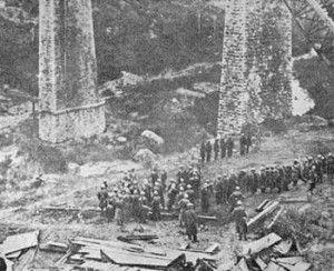 Σε αντίποινα για την ανατίναξη της γέφυρας του Γοργοπόταμου, οι Ιταλοί παίρνουν από τις φυλακές της Λαμίας 14 πατριώτες, από τους οποίους 7 θα εκτελέσουν μπροστά στην γκρεμισμένη γέφυρα