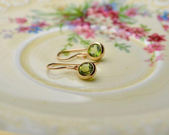Peridoot Oorbellen Gem oorbellen groen steen door Phoebedreams