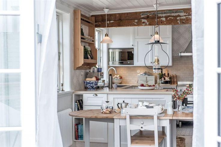 Framtagna takbjälkar. Specialbyggt och handmålat kök med Ikea Laxarby luckor. Smeg vitvaror. Ikea Gamleby matgrupp