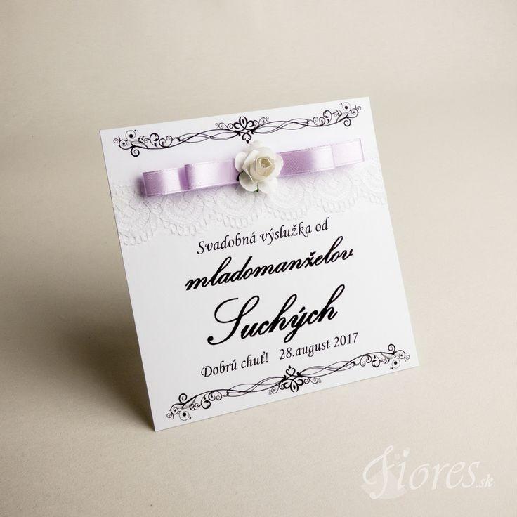 """Svadobné etikety """"Nevestina neha"""" Tento model svadobných etikiet je v bielom prevedení, kombináciu jemne fialkového elegantného saténu s romantickou ružou. Dovoľte, aby aj etikety svojim štýlom a eleganciu oslavovali Váš veľký deň!"""