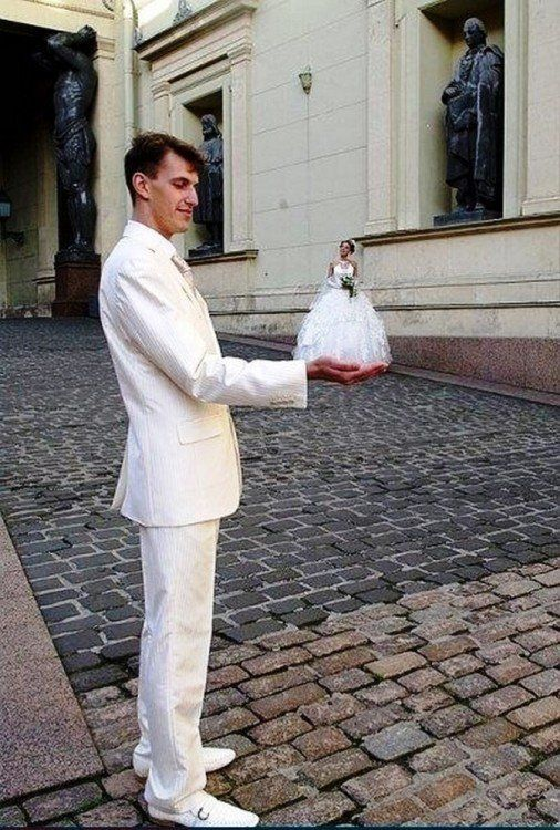 novio vestido de blanco sosteniendo a novia de blanco