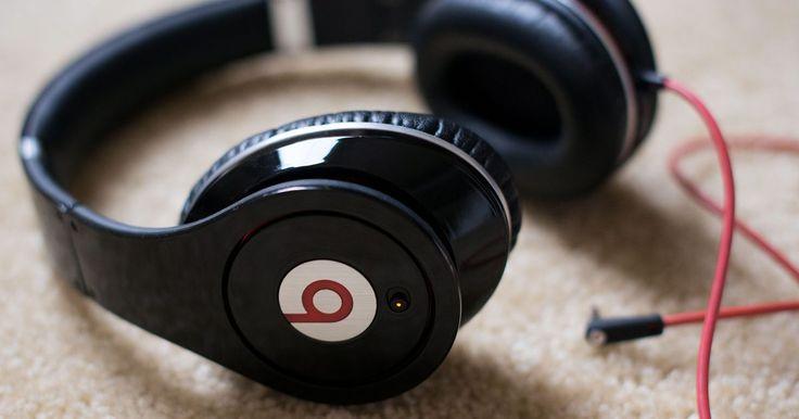 Cómo cambiar las baterías de unos Beats by Dre . El famoso fabricante de cables Monster se alió con el productor de hip hop Dr. Dre para desarrollar los audífonos Beats by Dre. En lugar de extraer toda la corriente de la entrada para audífonos a la que se conectan, los Beats by Dre usan dos baterías AAA como fuente de energía. Estas baterías también dan energía a las funciones de cancelación de ...