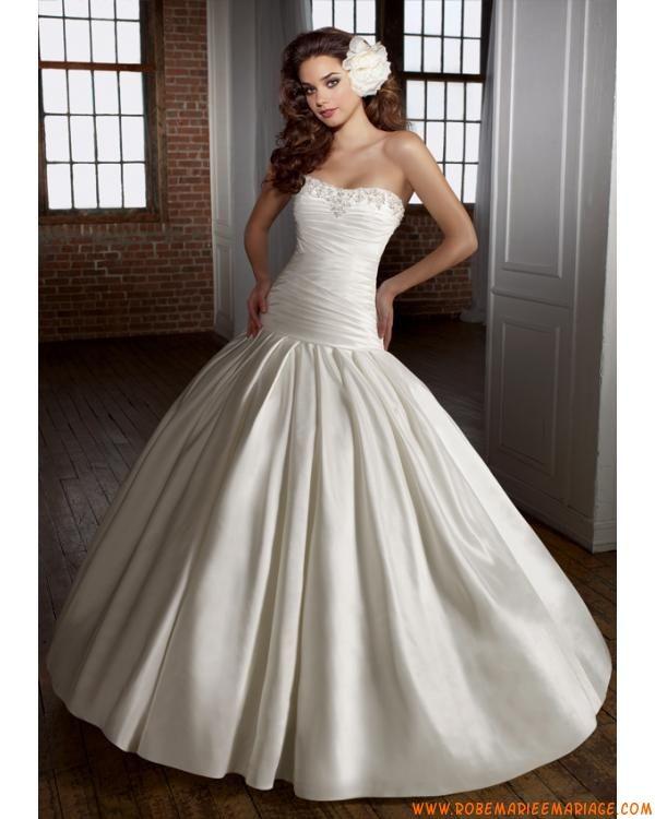 belle robe de mariée avec traîne orné de perles