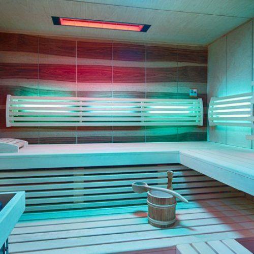 Sauna mit Thera-Med Infrarotstrahler in der Decke. Die hinterleuchtete Rückenlehne sorgt für aufregende Lichteffekte in der Sauna.