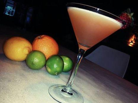 Queremos sorprenderte cada día. Sólo te diremos algunos ingredientes de este coctel: Nº3, Vodka Rojo, ODK de limón, maracuyá... Si quieres saber que más lleva tendrás que venir a probarlo...