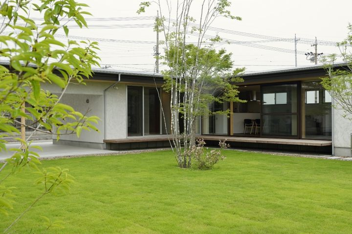 緑の映えるl字型の平屋 平屋外観 新築 インテリア 家 外観
