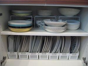 書類ケースに平皿。 コの字ラックに深さのある皿。 やっぱりこれが基本かな。