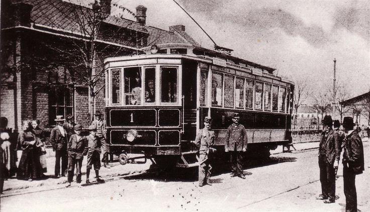 Jedna z nejstarších fotografií ostravské tramvaje poháněné elektřinou. Je na ní motorový vůz číslo jedna na konečné stanici ve Vítkovicích krátce po zahájení provozu.