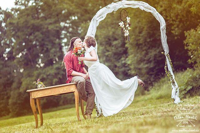 Ještě jedna fotka ze skvělé a pohodové svatby Anet a Pavla, která se úplně celá konala na louce ve starém lomu u Jarošova nad Nežárkou... #svatba #wedding #svatebnifoto #weddingphoto #svatebnifotograf #weddongphotographer #czechwedding #czechphotographer #czechweddingphotographer #zenich #nevesta #lapacsnu #jarosov #jarosovnadnezarkou #svatbavprirode #svatbanalouce #mamsvojipracirad #fotiltomilan  Více svatebních fotek najdete na: www.instagram.com/mhavlifoto