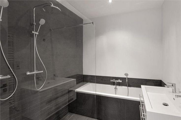 Kleine, moderne, #badkamer met ligbad en inloopdouche  Kleine ...