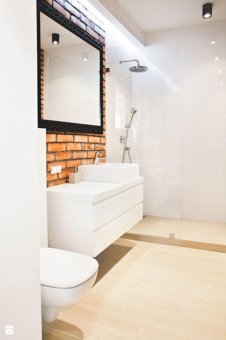 Ceglana łazienka Łazienka - zdjęcie od Qbik Design - Homebook.pl