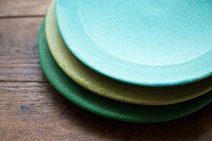 吉村和美(益子)  黄色や緑などパステル調、ターコイズブルー、紫色の器など、一度見たら忘れられないひときわ美しく、独特な色あいが印象的な器を作る。のびやかなかたち、食材の色をさらに美しく映えさせる色合い。食卓に「ときめき」を運んでくる使い心地のよさにはファンが多い。使ってさらに愛しくなる器である。