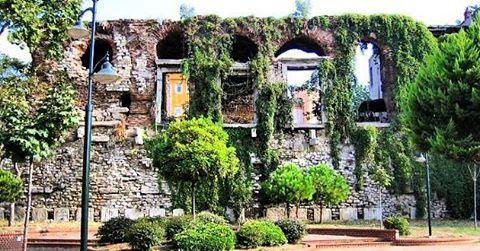 İstanbul'daki Bizans Sarayları Zenginlikleri farklılık olarak gören,imparatorluklara başkentlik yapmış,hoşgörünün ve barışın canlı timsali olan İstanbul'da birçok döneme ait yapılar bulunmaktadır. Sizin için Bizans Saraylarını derledik. Yazıyı okumak için sitemizi ziyaret edebilirsiniz. Yazar: Aleyna Çetintaş @aleynacetintas Fotoğraf: Bukoleon Sarayı  #arkeopolis #arkeoloji #archaeology #arkeopolissite #arkeolog #archaologie #archeologia #αρχαιολογία #αρχαιολόγος #website #online #Archäologe…