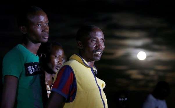 Los miembros de las tribus Maasai se reúnen para observar la superluna en la aldea de Oloika en Shom... - THOMAS MUKOYA