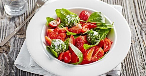 Salade de fraises, tomates et jeunes pousses d'épinards aux billes de brie belge et basilic