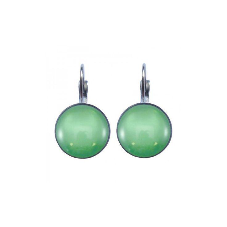 Mooie oorbellen van anti-allergeen edelstaal met een groene steen. Op werkdagen voor 21.00 uur besteld, de volgende dag in huis.