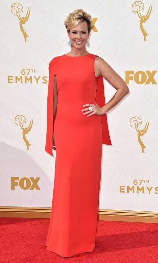 Las tendencias 'ganadoras' de los Emmy - Melora Hardin también sumó dos tendencias en una, con este diseño en rojo con capa a un hombro.