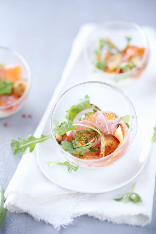 C'est une autre façon de servir le saumon fumé en entrée. J'ai fait mariné les tranches de saumon dans un mélange de vodka, de jus de citron vert, d'oi