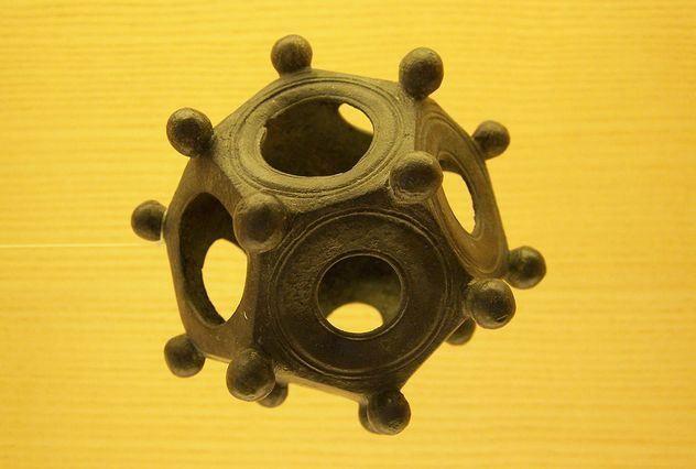 Жители регионов, находившихся когда-то под влиянием Римской империи, обнаруживают загадочные предметы (к настоящему моменту их найдено около 100). Бронзовые и каменные полые объекты, по форме близкие к додекаэдру, в диаметре имеют 4-12 см. На каждой из 12 плоских граней расположены отверстия различных размеров, а из каждого угла торчат маленькие ручки.   Древние римляне, славящиеся дотошным учетом всего, что они делали, нигде, однако, не оставили упоминаний о подобных предметах...