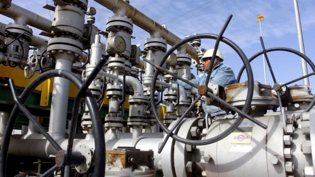 Oil slips on rising US inventories Oil Buz Investors rising US inventories The commodity is trading at $52.87 per barrel at 10:40 GMT this morning, 0.13% lower from the New York close. Crude oil witnessed a high of $53.08 per barrel and a low of $52.74 per barrel during the session. In the New York session yesterday, crude oil rose 0.08% to close at $52.94 per barrel, extending its previous session gains. Separately, the API disclosed that US crude oil inventories rose more than expected by…