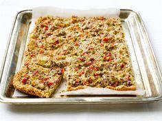 Peltipiirakan salaisuus on kevyt, mutta maukas pohja, joka esipaistetaan. Tarjoa salaatin kera buffet- tai kahvipöydässä.