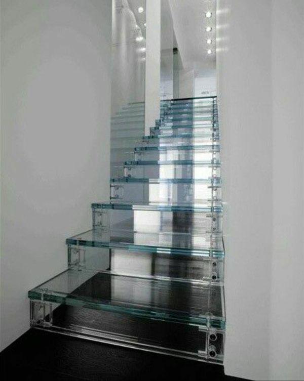 Glastreppe zwischen zwei Wänden. Der Darunter liegende Treppenlauf bekommt bei dieser Ausführung ebenfalls Tageslicht.