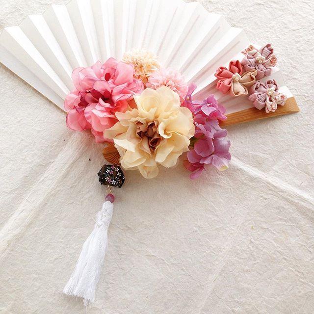 【mariee.fleurir】さんのInstagramをピンしています。 《ハレの日を彩る扇子ブーケ 昨日に引き続き、ご紹介します。 こちらも春ブライダルの花嫁さまからのオーダーメイドです。 桜の季節にご結婚式とのことでちょうどマリエフルリールのシリーズに参加してくださいました。春爛漫な雰囲気が魅力的です。桜吹雪の舞う中でご結婚式素敵ですね!おめでとうございます♡ #桜 #sakura #さくら #レトロ #髪飾 #色 #写真 #前撮り #和装 #和 #マリエフルリール # 鶴 #水引 #アンティーク #髪型 #kimono #結婚式 #白無垢 #色打掛 #プレ花嫁 #花嫁 #花嫁準備 #写真 #前撮り #和装 #和 #和婚をもっと盛り上げたい #はいからさん #神前結婚式 #水引 #髪型 #ブライダル》