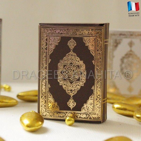 Un mini Coran marron avec un relief en or pour offrir vos dragées au cours de votre mariage ou pour la circoncision de votre petti garçon.
