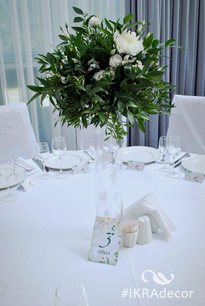 Decoration of a high vase with feathers Декорирование высокой вазы перьями High flower arrangement on the guest table