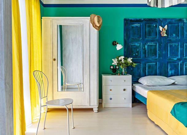 В номерах стоит как старая мебель вроде этого шкафа, так и новая — как эта тумба, IKEA.