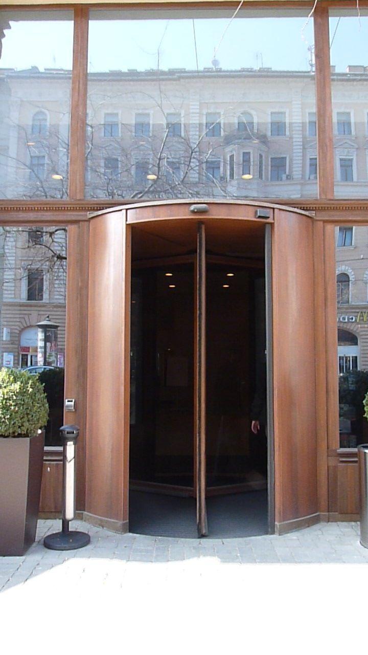 MARRIOTT COURTYARD HOTEL Budapest, VIII. József körút rustic bejárati forgó ajtó fix üvegfalban