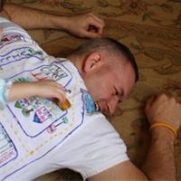 En voilà une super idée à offrir pour la fête des pères ou pour toute occasion de rigoler un peu : le tee-shirt de massage ;-) Les enfants prendront à malin plaisir à dessiner sur le tee-shirt des routes sur lesquelles leurs voitures pourront avoir tout plein d'aventures ... tout en massant papa.