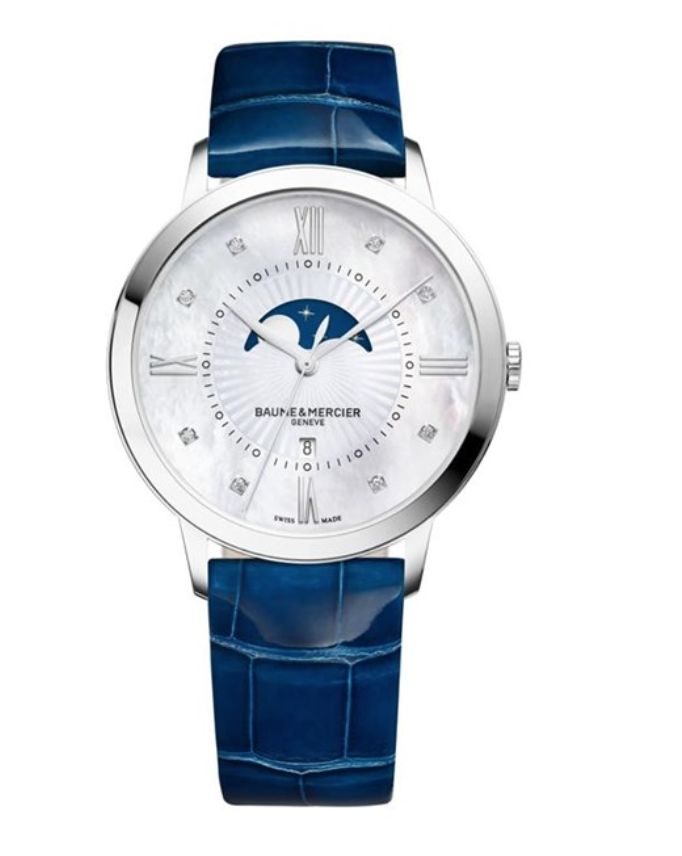 Model:Classima Lady Quartz Small Complications Ref. M0A10226 Movement:Quartz Gender:Female Complications:Date, Moonphase, Minute Hand, Second Hand, Hour Hand Shape:Round Case Material:Stainless Steel Dail colour:Mother of Pearl with Diamond Hourmarkers Size:36.50 mm Material:Croco-leather Price:€ 2 100 @colmanwatches