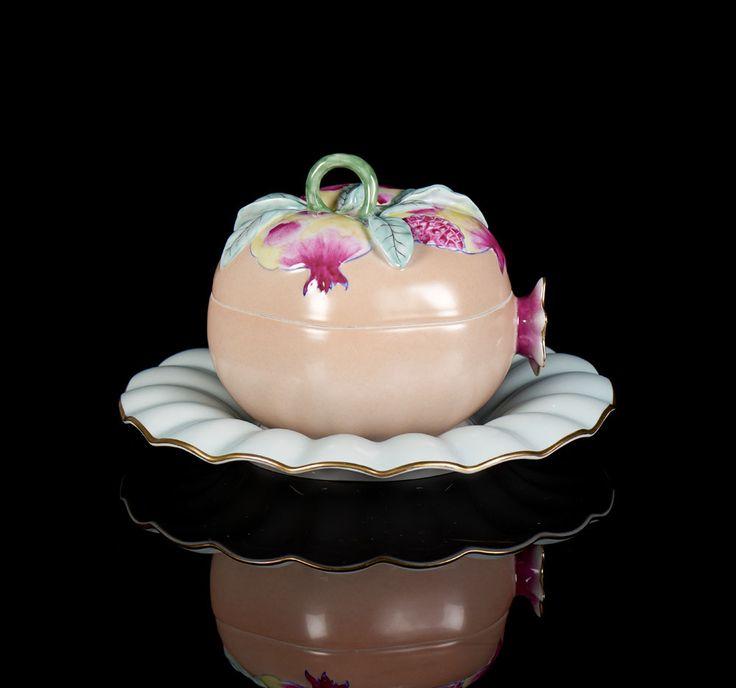 Terrina com tampa em forma de romã, com prato, em porcelana da Vista Alegre. Decoração policromada e dourada. Marca nº 38 (1992-1997) a dourado.