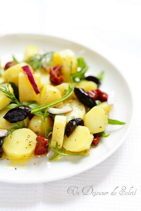 Salade de pommes de terre, tomates séchées, olives et oignon rouge. Ingrédients pour 4 pers. : 1 kg de pommes de terre à chair ferme-1 oignon rouge-70 g de tomates séchées à l'huile d'olive-3 càs d'olives noires dénoyautées-huile d'olive vierge extra-roquette, origan, laurier, aneth, sel et poivre. Recette sur le site.