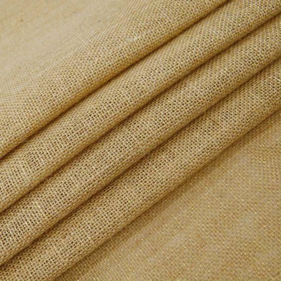 Jute de coton naturel de couleur beige / tissu de toile de jute. * Tissu: Coton Jute * Il est fort et moyen de poids. * Motif: solide. * Couleur : Beige. * Transparence : Opaque. * Largeur: 57 pouces. * Vente pour: 1 Yard. * Condition : neuf Toile de jute est un tissu très solide et souple qui est facile à travailler. C'est une des raisons des usages vastes de toile de jute. Toile de jute peut être utilisé pour: mariages rustiques, rubans, guirlande, ronds de serviette, bougeoirs, ...