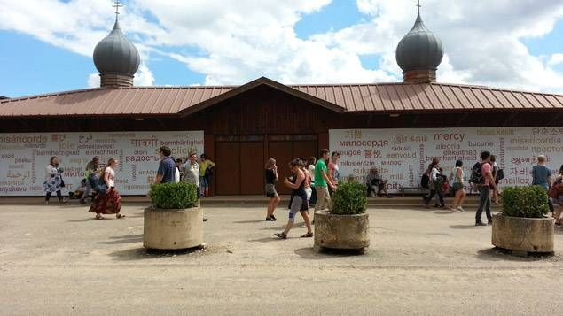 L'une des entrées principales de l'immense église de la communauté de Taizé, qui peut accueillir 4.000 fidèles