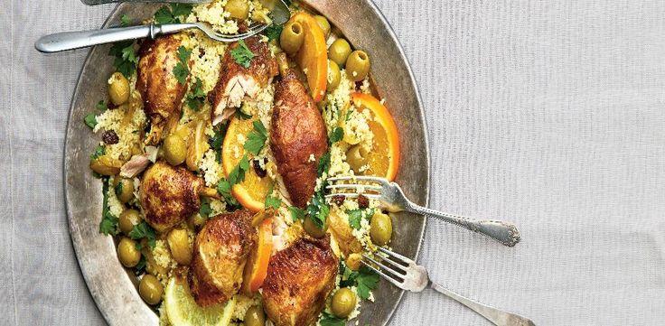 Smíchejte všechno koření se solí a ve směsi obalte porce kuřete. Vlitinovém hrnci rozpalte olivový olej, stehna opečte ze všech stran dozlatova....