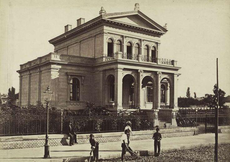 Andrássy (Sugár) út 123., a Sugárúti Építő Vállalat által épített villa. A felvétel 1876 körül készült. A kép forrását kérjük így adja meg: Fortepan / Budapest Főváros Levéltára. Levéltári jelzet: HU.BFL.XV.19.d.1.05.062