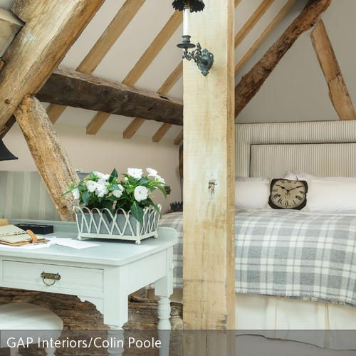 schlafzimmer unter der dachschr ge mit holzbalken. Black Bedroom Furniture Sets. Home Design Ideas
