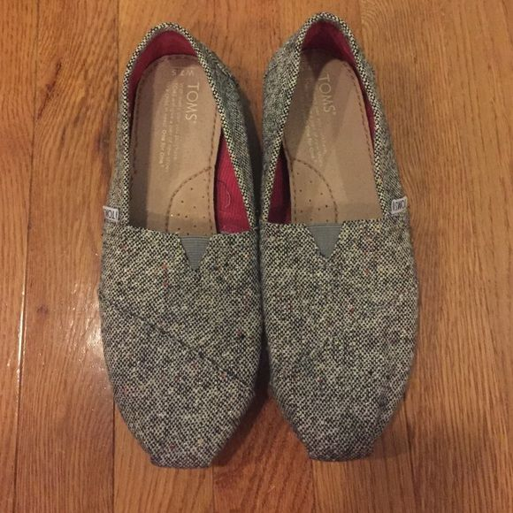 NWOT Grey Speckled Burlap TOMS Size 7.5 NEW WITHOUT TAGS OR BOX size 7.5 grey speckled burlap TOMS Burlap= thicker fabric than basic TOMSDISCLAIMER: I never worn these shoes before, you are basically buying a new pair of Toms. TOMS Shoes Flats & Loafers