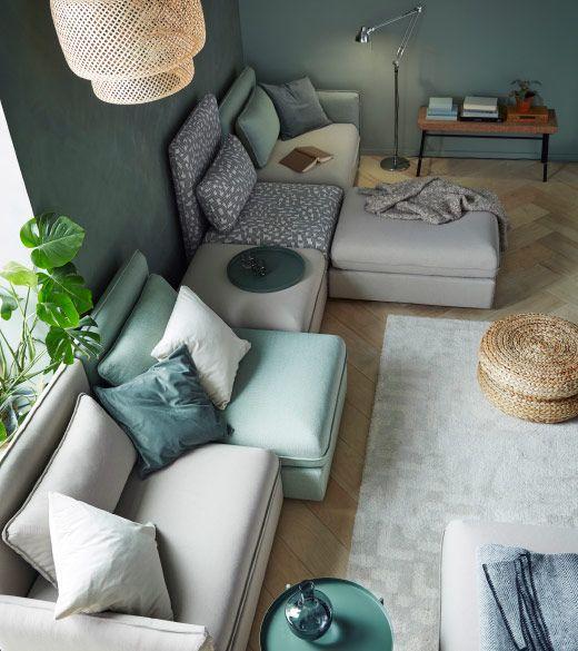 Combinaison de canapé en beige et vert pour cinq personnes, composée de modules d'angle, de modules une place et de repose-pieds avec rangement.